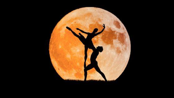 Coppia che danza con la luna piena [foto di Myriams-Fotos, by pixabay, CC0 Creative Commons Libera per usi commerciali Attribuzione non richiesta]
