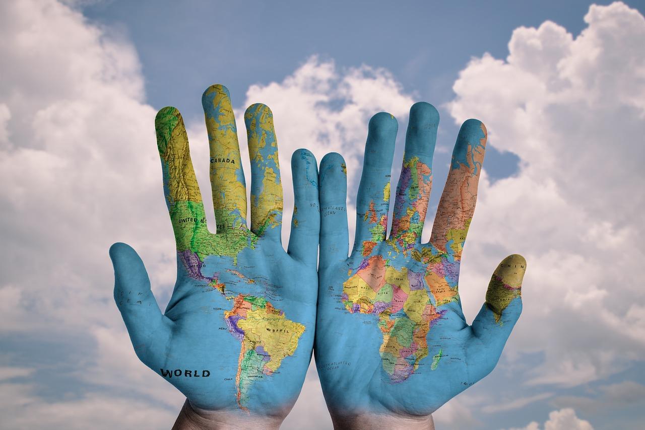 Mani, girotondo, mappamondo [foto di stokpic, via pixabay, CC0 Creative Commons, Libera per usi commerciali, Attribuzione non richiesta]